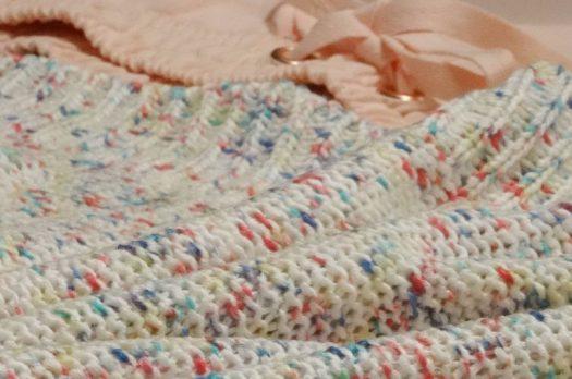 H&M – bunter Strickpullove oversize, rosane Shorts &weißer Gürtel