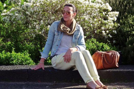 Leichte Stoffhose in gelb mit weißem Strickpullover und Jeansjacke