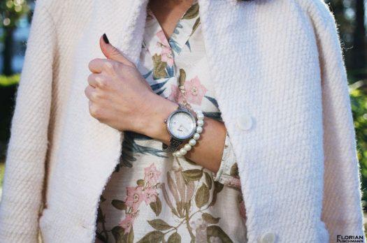 Wollmantel in weiß mit Blümchen-Bluse