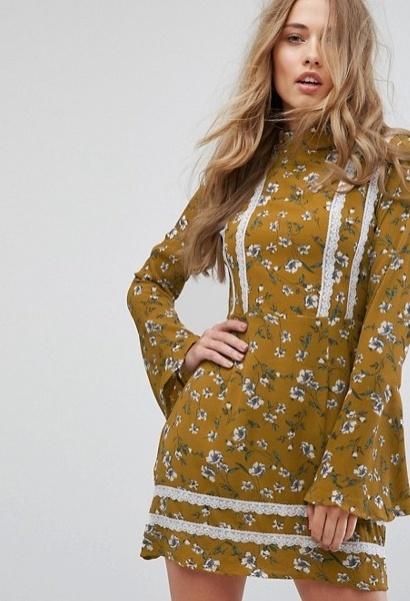missguided-gebluemtes kleid mit ausgestellten aermeln