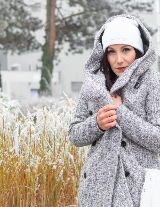 #Wintermädchen – hellgrauer Strickmantel &Pullover in bordeaux