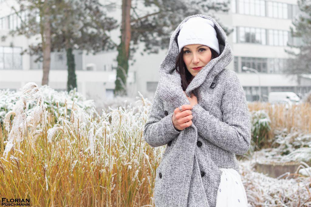 Wintermädchen hellgrauer Strickmantel & Pullover in bordeaux