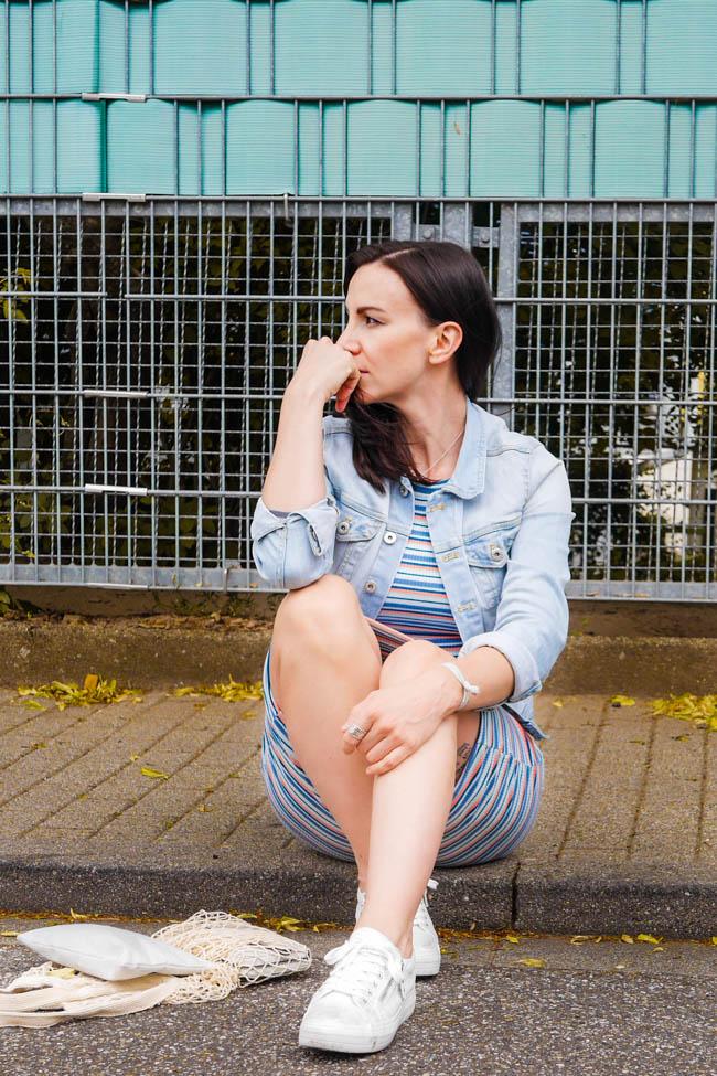 janina-rapp-sommeroutfit-gestreiftes-kleid-jeansjacke-turnschuhe-23