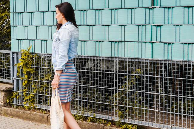 janina-rapp-sommeroutfit-gestreiftes-kleid-jeansjacke-turnschuhe-49