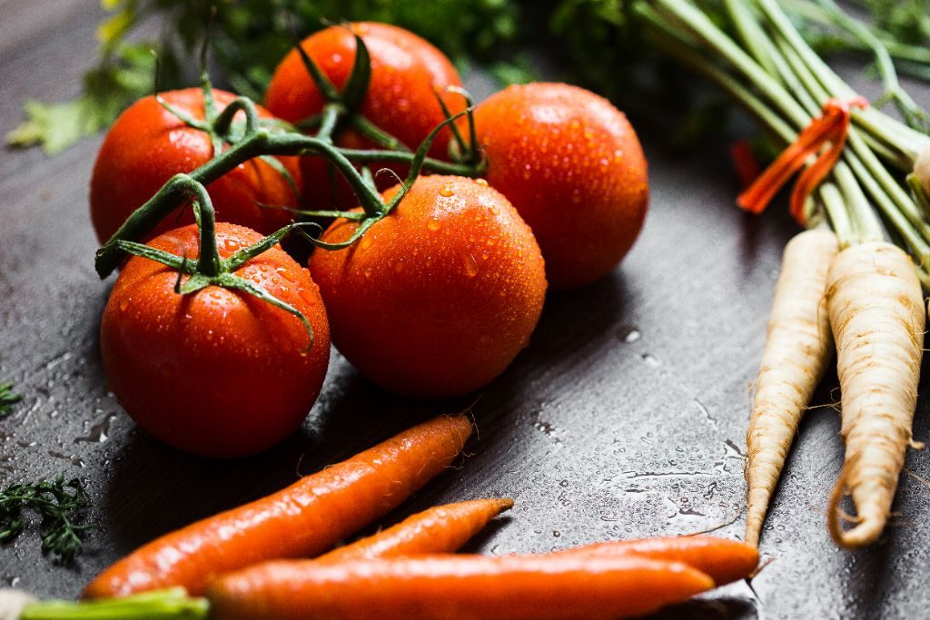 wet-tomatoes-carrots-and-parsley-picjumbo-com-1