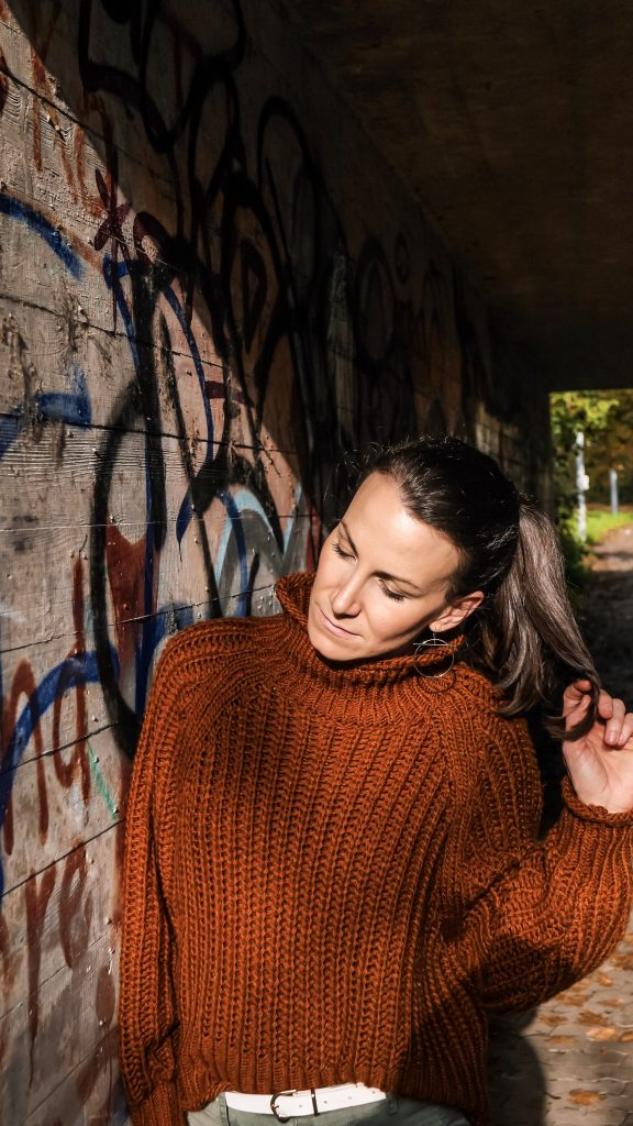 brauner-strickpullover-grüne-chinopant-herbst-shooting-outside-looking-in-7503