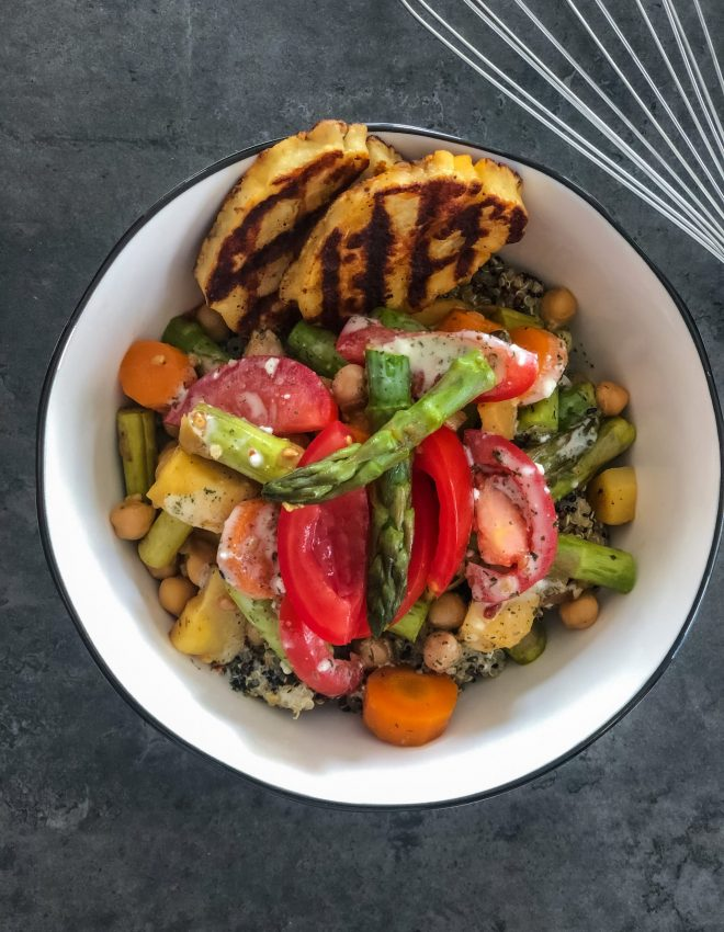 Bowl mit Quinoa, Kichererbsen, Pastinake, grünem Spargel &Halloumi